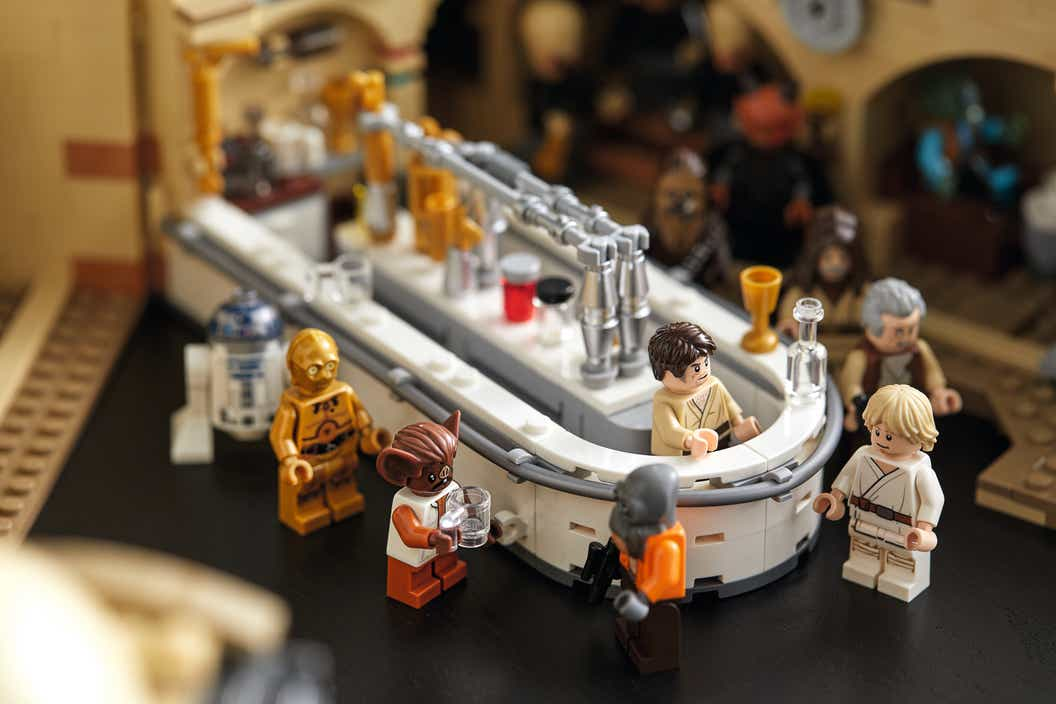 Image of minifigures arranged around the bar in the LEGO set