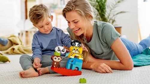 Kinder und Eltern spielen zusammen mit DUPLO Tieren