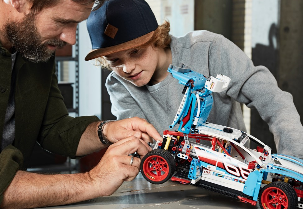 Grown-up and Kid building the Technic car product 42096 Porsche 911 RSR.