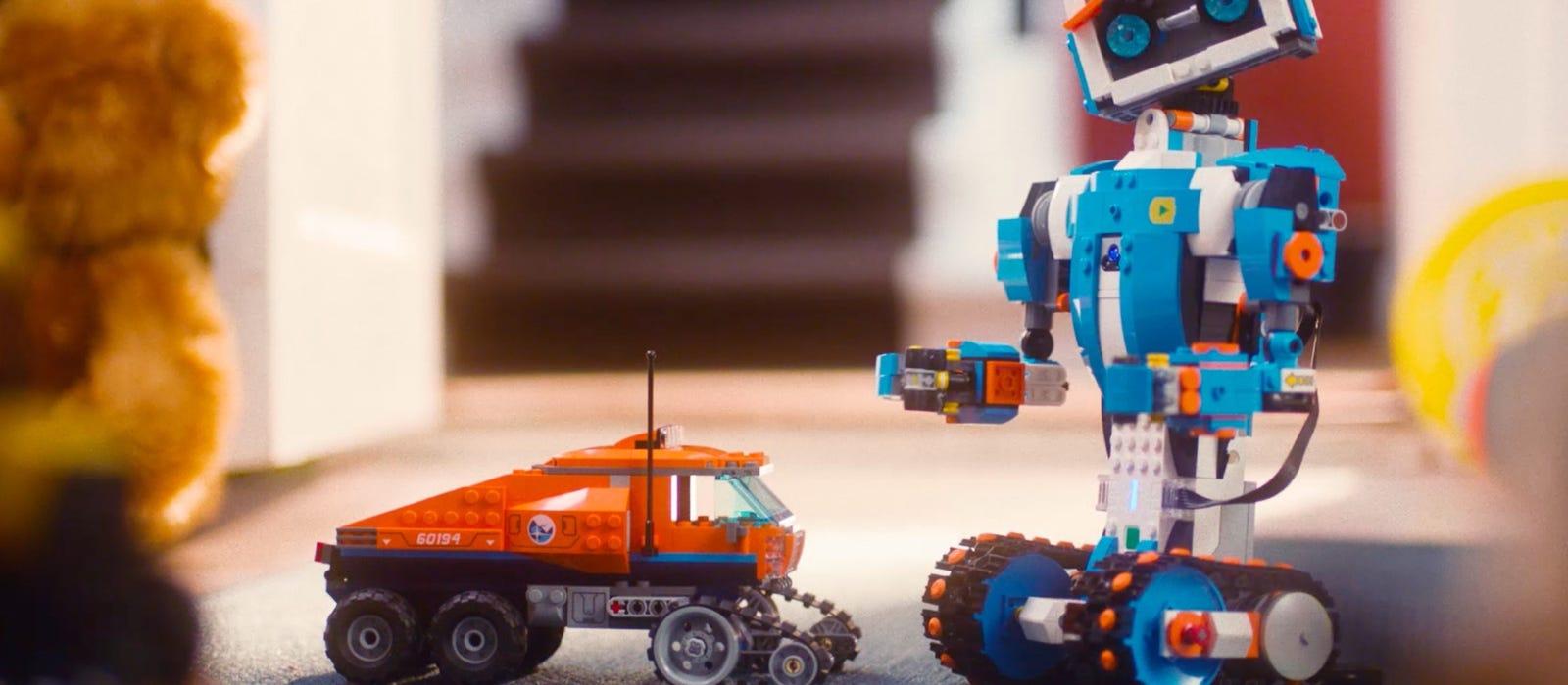 Vernie le robot LEGO® BOOST se tenant debout