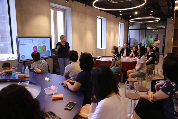 Alice hablando en el taller realizado en Hong Kong