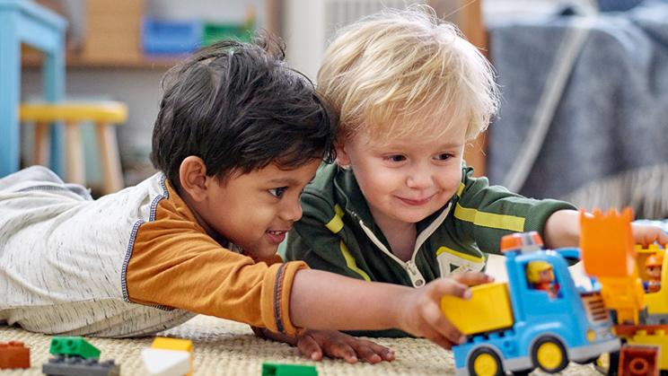 Kind spielt mit DUPLOFahrzeugen