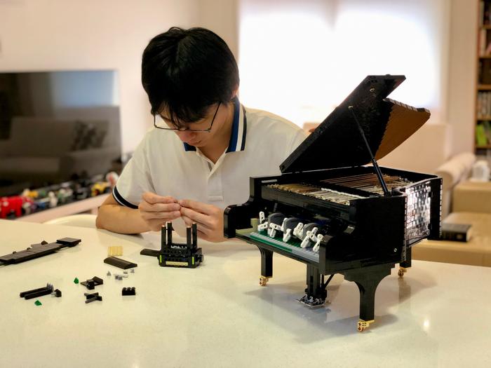 Donny concevant le set original LEGO Le piano à queue
