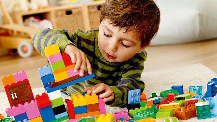 Kind spielt mit DUPLOSteinen